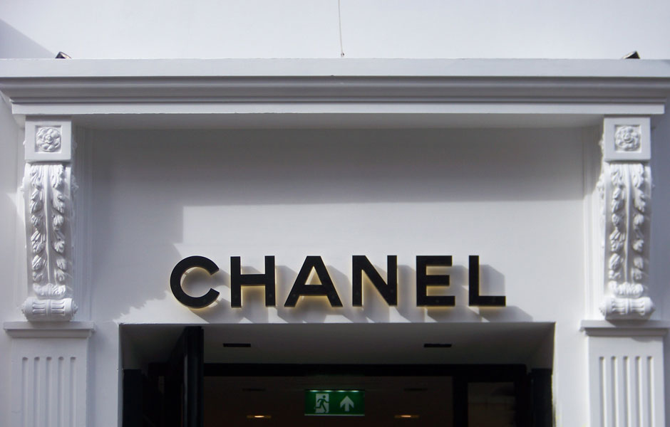 Chanel Overdoor; corbels & flat fluted pilasters to doorway 2